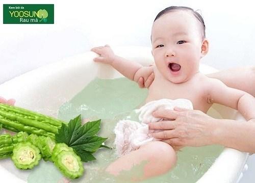 nấu nước khổ qua tắm cho bé