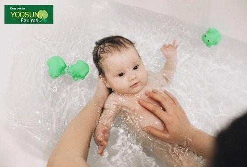 tắm lá gì trị rôm sảy cho bé