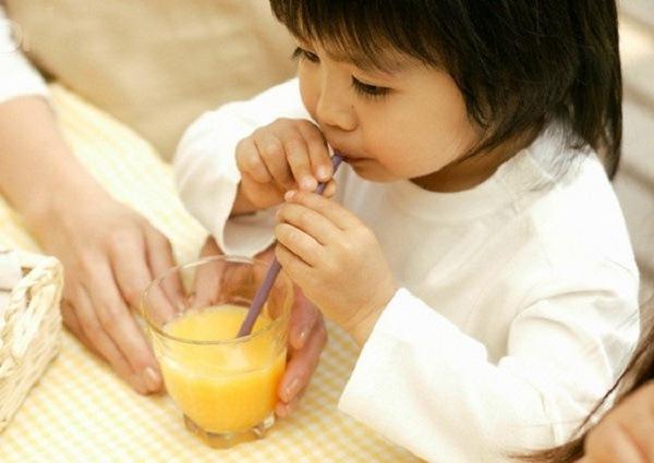 Bé nổi mẩn đỏ khắp người sau sốt nên uống nước cam để bổ sung vitamin C tăng sức đề kháng cho trẻ