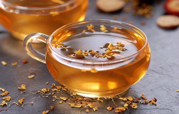 Uống 1 tách trà cam thảo giảm thiểu triệu chứng của bệnh nổi mề đay, khiến da trở nên thoải mái, dễ chịu hơn