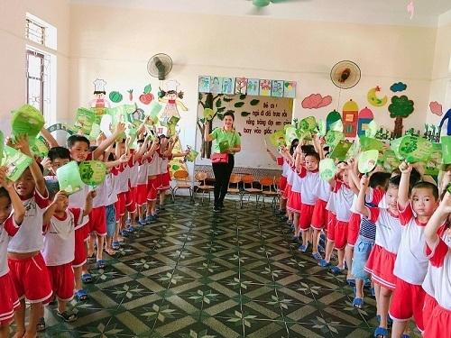 Phát tặng quạt cho trẻ em