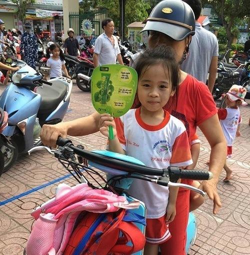 Yoosun rau má tặng quạt cho bé