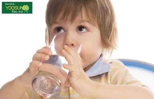 Trẻ bị dị ứng thức ăn nên làm gì