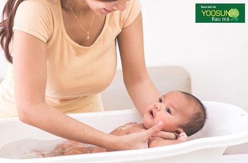 Khi trẻ bị dị ứng có nên tắm không