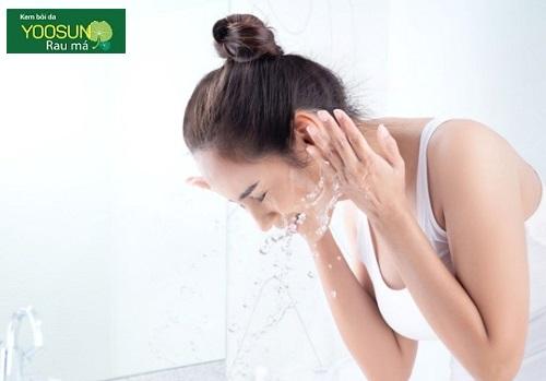 Da khô mụn nên dùng sửa rửa mặt gì