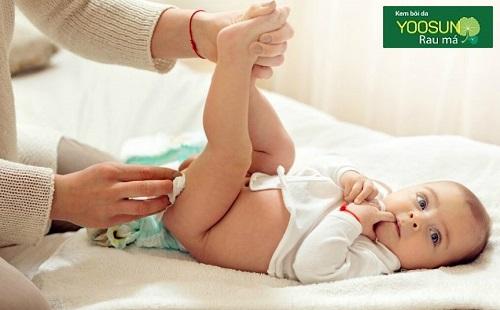 Thay tã cho trẻ sơ sinh như thế nào