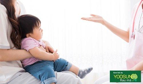 Trẻ bị mẩn ngứa phải làm sao